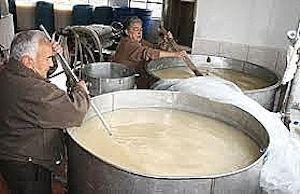 Chichero haciendo chicha de jora. FOTO vía https://www.eltiempo.com.ec/